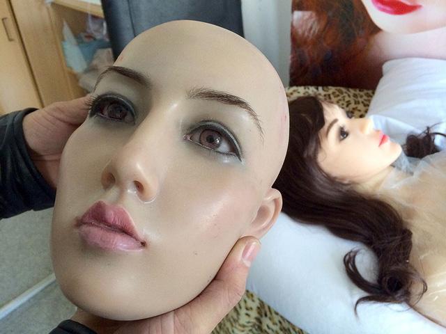 Thiếu phụ nữ trai tráng Trung Quốc tìm búp bê tình dục