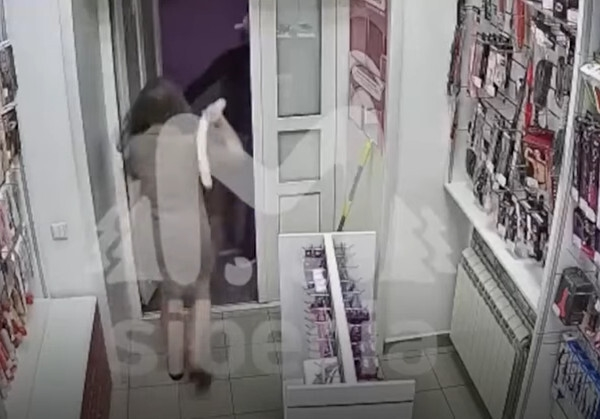 Cướp tiệm đồ chơi người lớn, tên cướp bị nữ nhân viên dọa sợ chạy mất dạng
